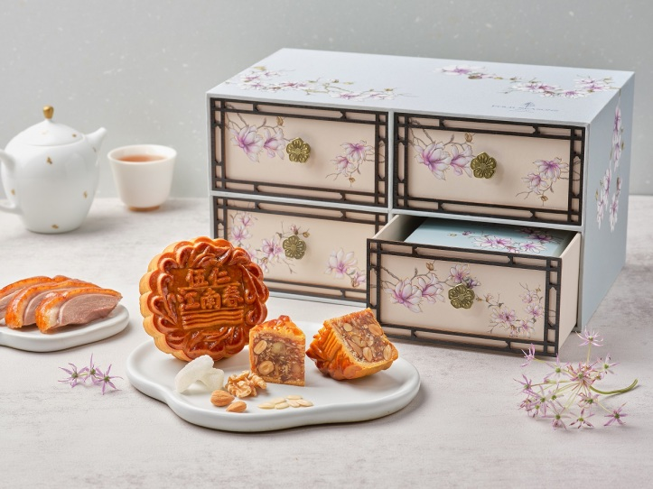 four-seasons-hotel-singapore-misty-blue-gift-box-with-signature-assorted-nuts-with-smoked-duck-baked-mooncake